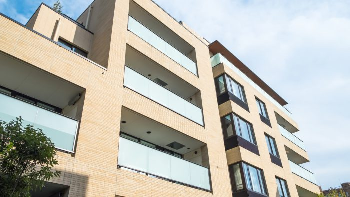 茶色い4階建てのマンションのイメージ