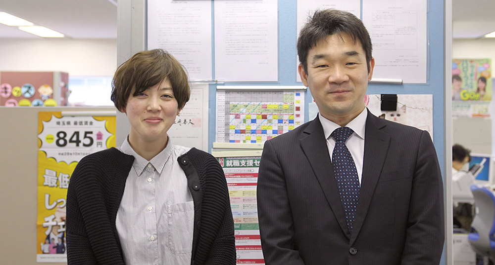 女性と男性、二人の施設担当者が笑顔でこちらを見ている画像