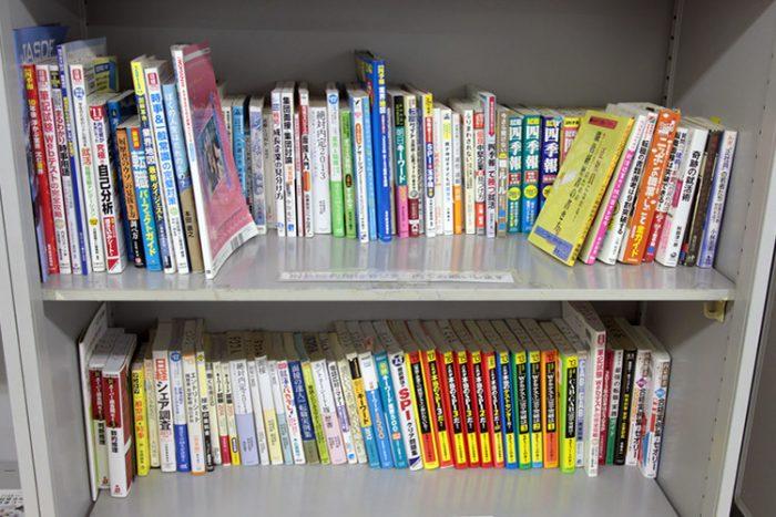 就職活動に関する書籍が並んだ本棚の写真